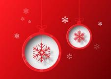 Kerstmisbal met sneeuwvlok op rode achtergrond Royalty-vrije Stock Fotografie