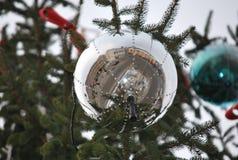 Kerstmisbal met spiegeleffect, in de stad Stock Afbeelding
