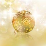 Kerstmisbal op abstracte lichte achtergrond. Stock Foto
