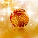 Kerstmisbal op abstracte lichte achtergrond. Royalty-vrije Stock Afbeelding