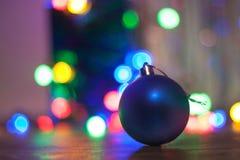 Kerstmisbal op bokehachtergrond royalty-vrije stock foto's