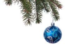 Kerstmisbal op de boom op witte achtergrond Stock Fotografie