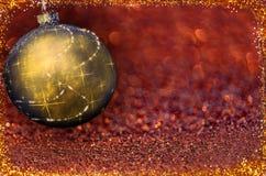 Kerstmisbal op de kleurenachtergrond Royalty-vrije Stock Afbeelding