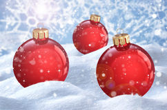 Kerstmisbal op de sneeuw Stock Foto's