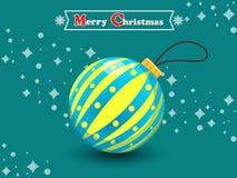 Kerstmisbal op een kleurenachtergrond Gelukkig Nieuwjaar en decorat Royalty-vrije Stock Fotografie