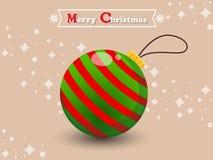 Kerstmisbal op een kleurenachtergrond Gelukkig Nieuwjaar en decorat Royalty-vrije Stock Foto's