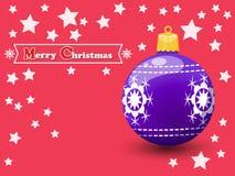 Kerstmisbal op een kleurenachtergrond Gelukkig Nieuwjaar en decorat Royalty-vrije Stock Afbeeldingen