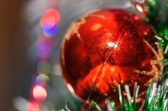 Kerstmisbal op een tak met een achtergrond! royalty-vrije stock afbeelding