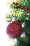 Kerstmisbal op een takboom Stock Afbeeldingen