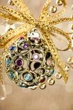 Kerstmisbal op glanzend Stock Afbeelding