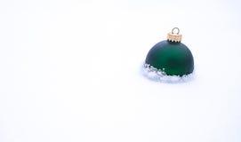 Kerstmisbal in sneeuw Royalty-vrije Stock Afbeelding