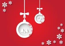 Kerstmisbal, sneeuwvlok en boom op rode achtergronddocument kunststijl Royalty-vrije Stock Afbeeldingen