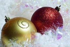 Kerstmisballen bij sneeuw Royalty-vrije Stock Afbeeldingen