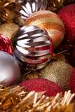 Kerstmisballen decoratief voor Kerstmisvakantie, verticale backg Stock Foto