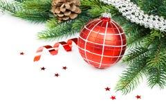 Kerstmisballen, denneappels en groene tak  Royalty-vrije Stock Fotografie
