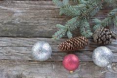 Kerstmisballen, denneappels en naalden Stock Foto