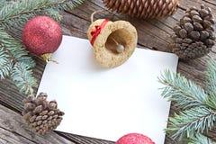 Kerstmisballen, denneappels en naalden Royalty-vrije Stock Foto