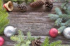 Kerstmisballen, denneappels en naalden Stock Afbeelding