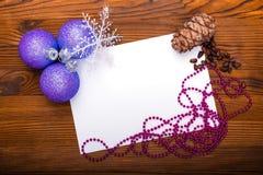 Kerstmisballen, denneappels en noten op een oude houten achtergrond met ruimte voor tekst Royalty-vrije Stock Foto's