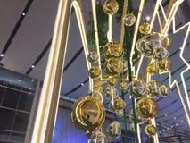 Kerstmisballen die met achtergrond hangen royalty-vrije stock foto