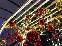 Kerstmisballen die met achtergrond hangen stock foto's