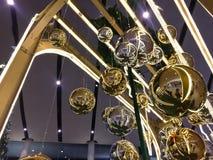 Kerstmisballen die met achtergrond hangen royalty-vrije stock fotografie