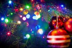 Kerstmisballen die op boom hangen Stock Foto's