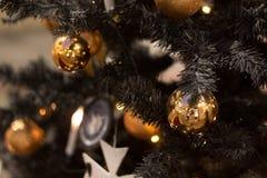 Kerstmisballen die op de boom, mooie decoratie voor het nieuwe jaar hangen Royalty-vrije Stock Afbeeldingen