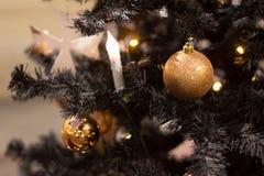 Kerstmisballen die op de boom, mooie decoratie voor het nieuwe jaar hangen Stock Foto's