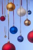 Kerstmisballen die op linten hangen Stock Afbeeldingen
