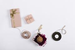 Kerstmisballen, dozen en giften op lichte achtergrond, hoogste mening Royalty-vrije Stock Foto