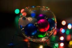 Kerstmisballen in een vaas stock afbeelding
