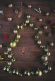 Kerstmisballen in een vorm van Kerstboom op een houten achtergrond Royalty-vrije Stock Afbeeldingen