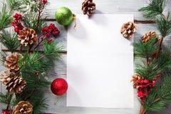 Kerstmisballen en boom op houten lijst Stock Afbeelding