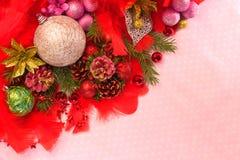 Kerstmisballen en boomtakken Stock Afbeeldingen