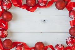 Kerstmisballen en een Lint Royalty-vrije Stock Afbeelding