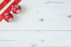 Kerstmisballen en een Lint Royalty-vrije Stock Fotografie