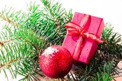 Kerstmisballen en giftdecoratie Stock Afbeeldingen