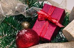 Kerstmisballen en giftdecoratie Royalty-vrije Stock Foto's