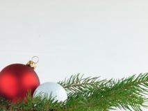 Kerstmisballen en golfbal op een witte achtergrond royalty-vrije stock foto