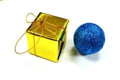 Kerstmisballen en gouden giftdoos Royalty-vrije Stock Foto's
