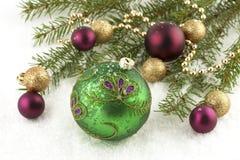 Kerstmisballen en groene nette tak, geïsoleerde witte achtergrond Stock Afbeelding