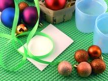 Kerstmisballen en kaart, nieuwe jaardecoratie Royalty-vrije Stock Afbeelding