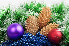 Kerstmisballen en kegels met groene slinger Stock Afbeeldingen