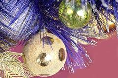 Kerstmisballen en klatergoud Stock Fotografie