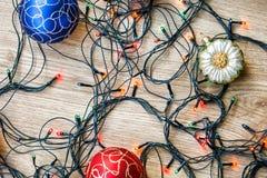 Kerstmisballen en lichte slinger Royalty-vrije Stock Afbeeldingen