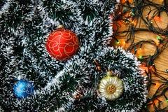 Kerstmisballen en lichte slinger Stock Foto's