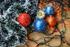 Kerstmisballen en lichte slinger Stock Foto