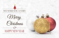 Kerstmisballen en sneeuwvlok met Vrolijke Kerstmis Stock Fotografie