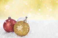 Kerstmisballen en sneeuwvlok op abstract bokehlicht Royalty-vrije Stock Afbeeldingen